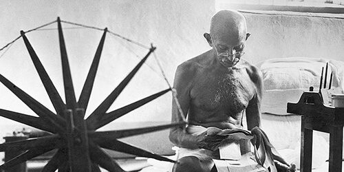 10 Shprehje nga Gandhi që do ju Ndryshojnë Jetën